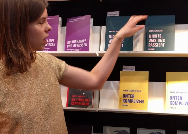 ©e_mager - Sara Trapp am Stand des Verbrecher Verlags, Berlin, Leipzig 2018